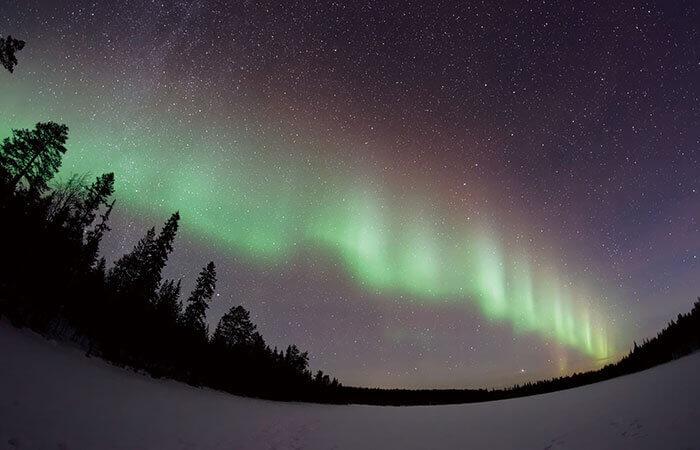 夜空に浮かぶ幻想的なオーロラ