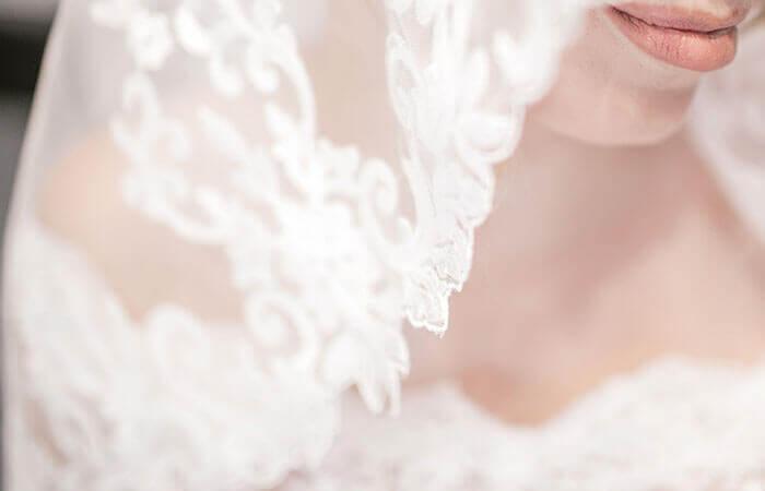 ウェディングドレスを纏った女性