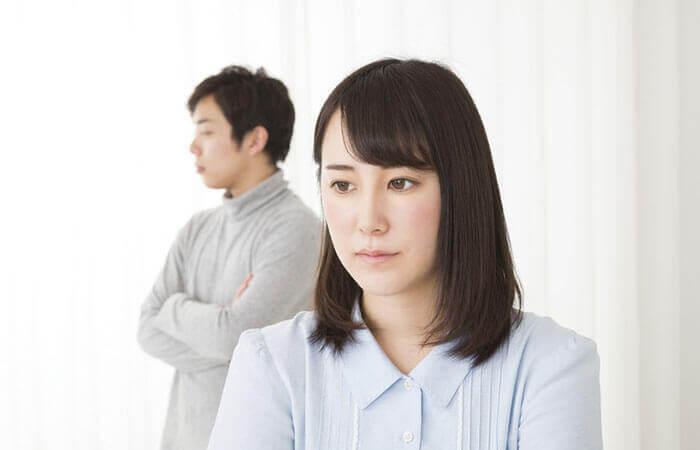 深刻な雰囲気で話し合うカップル