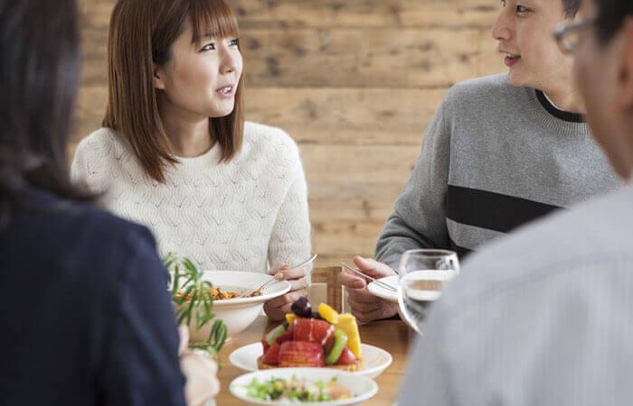 会食するカップルと家族