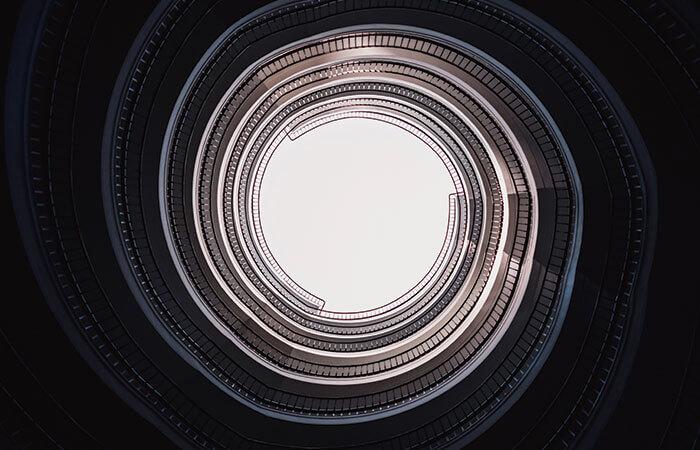 長いトンネルの奥から見える出口の光