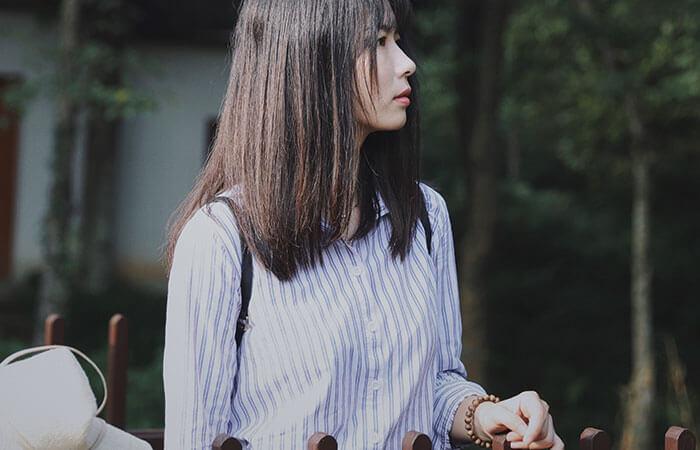 公園で独り寂しく何かを見つめる女性