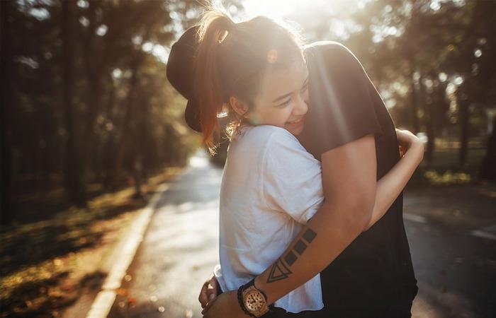 彼氏と抱き合いほくそ笑む女性