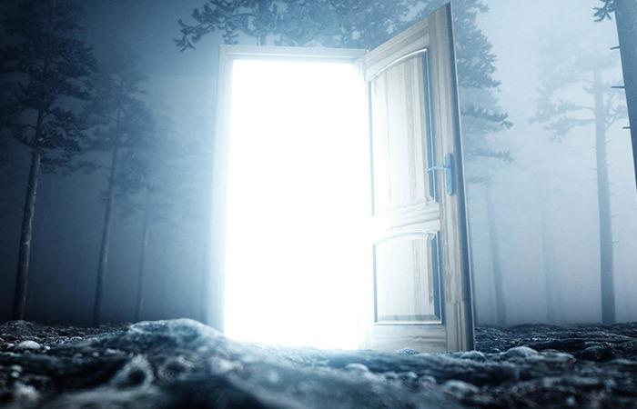 暗い部屋のドアが開き光輝く光景